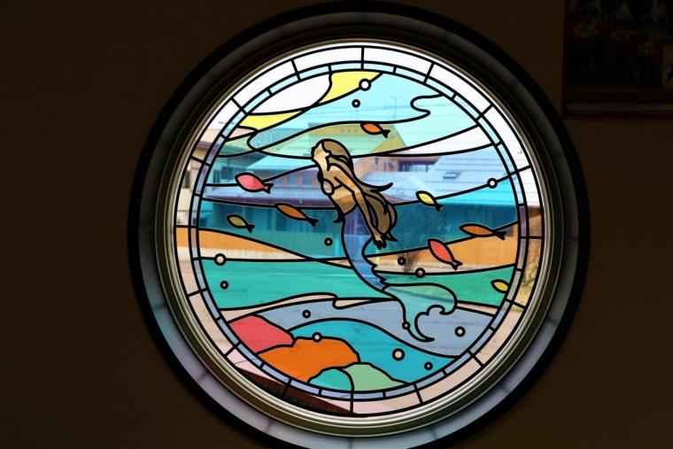 潟町駅にある人魚のステンドグラス