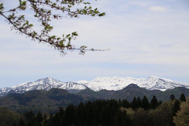 山頂から見える守門岳