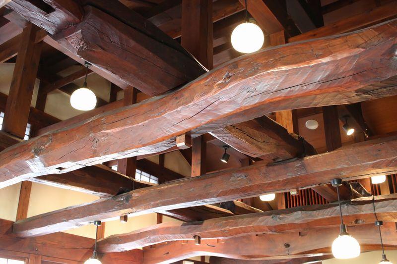 江口だんご二階喫茶の太い梁