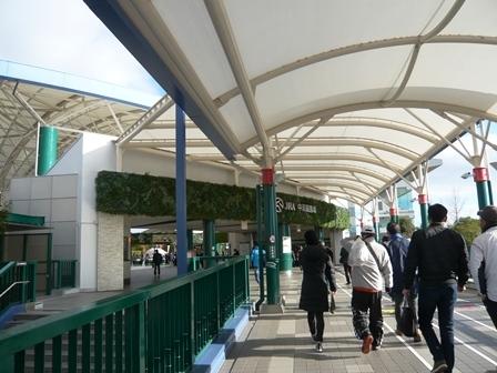 中京競馬場駅から場内へ3