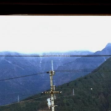 高山は雲に隠れて雪_result