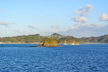 小島と漁船_result