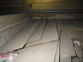 床下放置木材