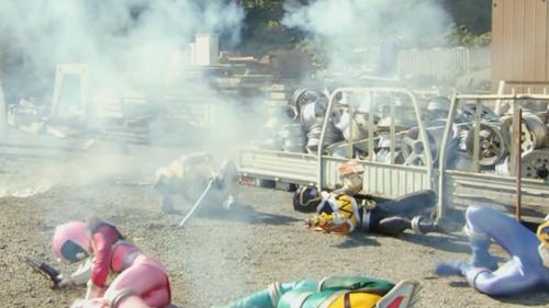 戦隊ヒーロー、キョウリュウジャーがラスボスにやられてスーツ爆発