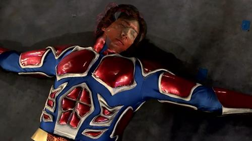プロレスヒーロー、ファイヤーレオンがKO敗北して正体ばれ