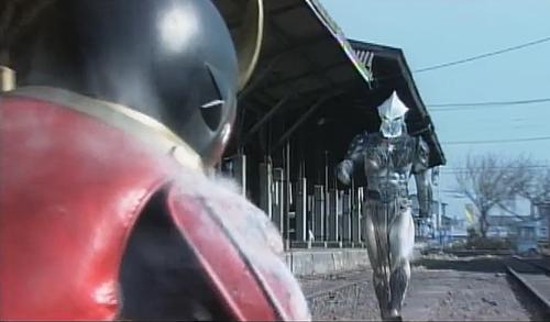 仮面ライダークウガが未確認生命体が吐いた爆発性の墨にやられる