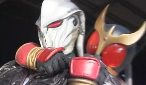仮面ライダークウガが未確認生命体にやられてピンチ