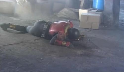 仮面ライダークウガが未確認生命体21号のイカ墨爆弾にやられる