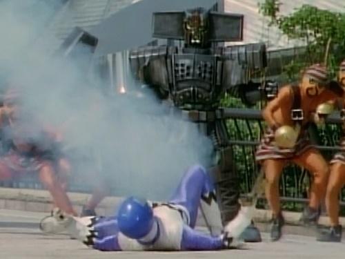 戦隊ヒーロー、ギンガブルーが銃撃でやられる
