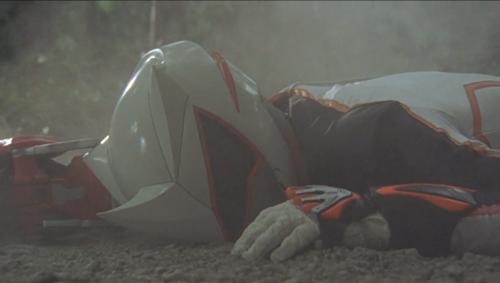 白い戦隊ヒーロー、ゲキチョッパーが苦戦してやられて敗北