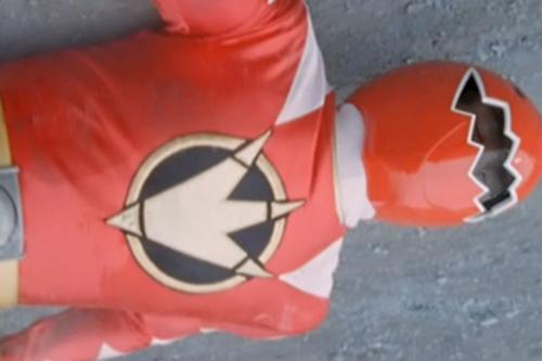 戦隊ヒーローのアバレッドがアンチのアバレキラーにやられて敗北
