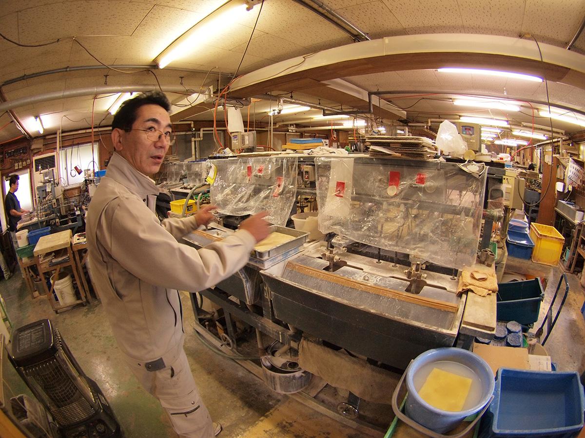 レンズ研磨工場