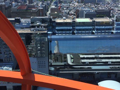 駅ビルに映る京都タワー_H30.06.16撮影
