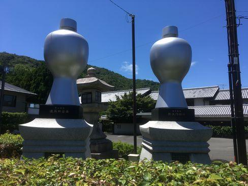 松尾大社・一の鳥居脇の大徳利_H30.06.16撮影