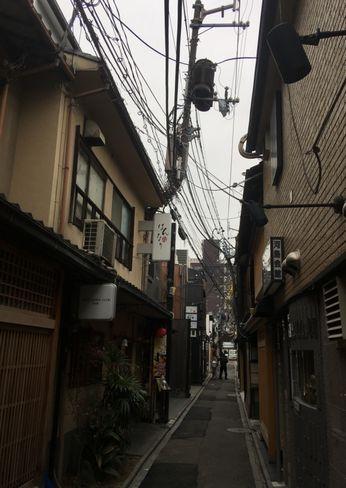 先斗町の曲がった電柱_H31.02.09撮影
