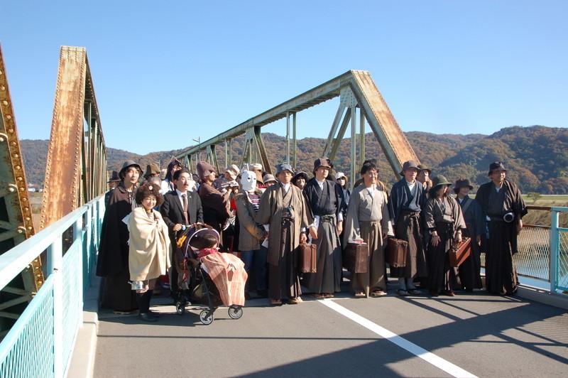 川辺橋で記念撮影