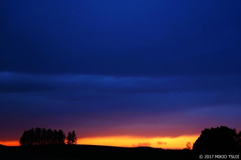 0293 雨降る夕焼けの丘 (北海道 美瑛町)